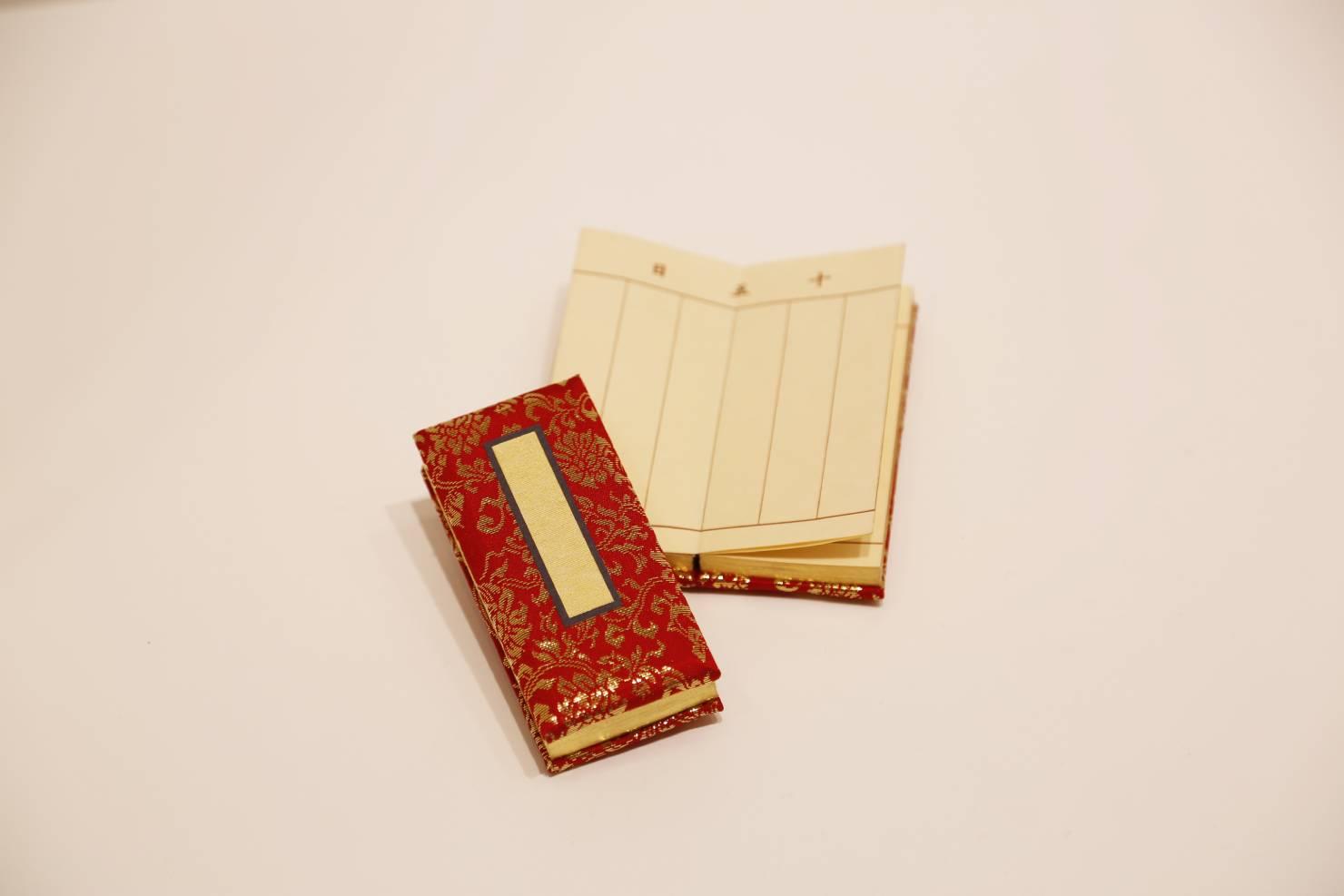 浄土真宗ではお位牌は作りませんが亡くなった方の記録を残すために過去帳を用意します